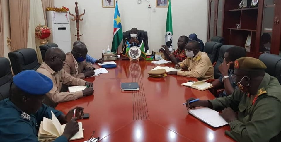 Central Equatoria state governor (center) chairing security meeting on Wednesday, November 11, 2020 [Photo via CES Press Office]